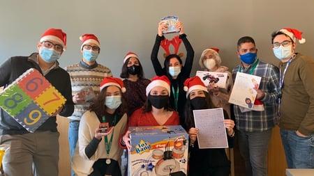 El equipo de Sustainable Innovations con sus regalos para CEAR
